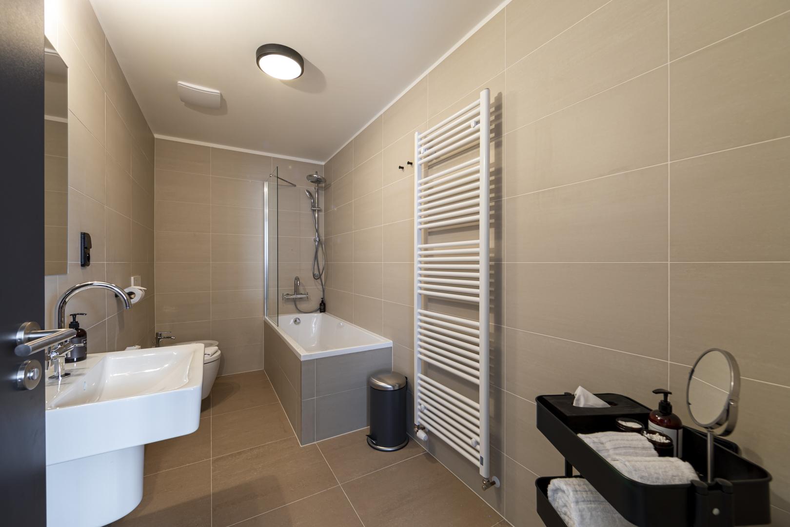 Miss Sophie's Downtown quadtruple room bathroom